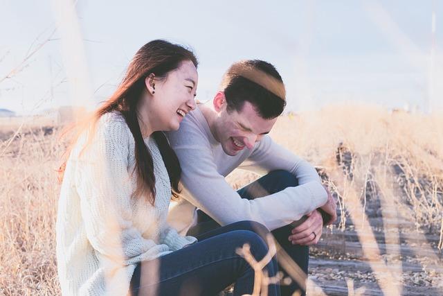 Kjærestepar som ler